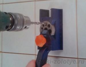 Сверление отверстий в кафеле с помощью кондуктора