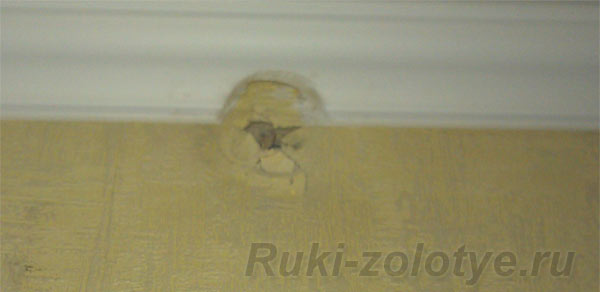 разбитое отверстие в стене