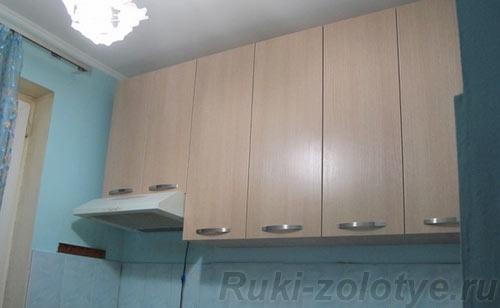 высокие подвесные ящики на кухне