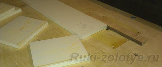 на фрезерном столе вырезаем паз под дно