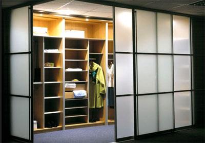 вариант отделения гардеробной комнаты дверями купе