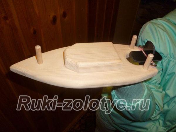 кораблик с гребным финтом из дощечки